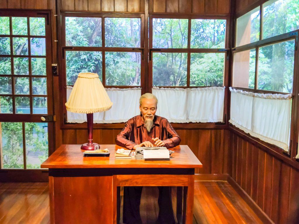 Хо Ши Мин за столом