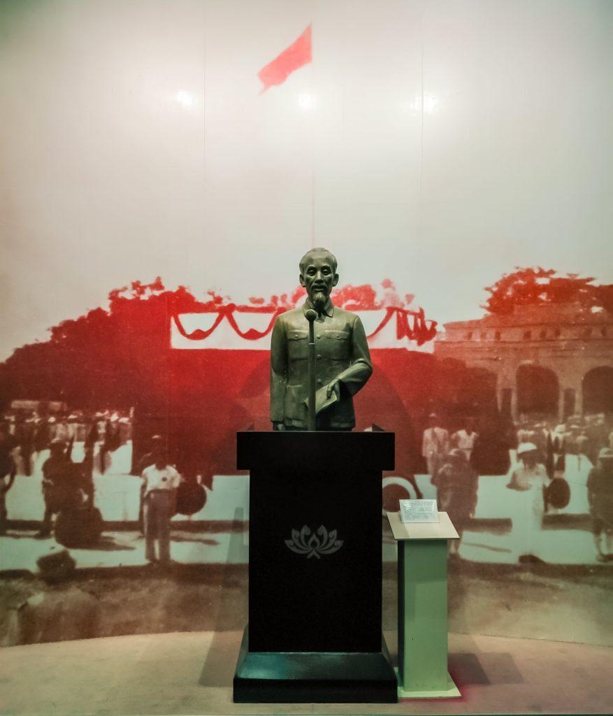 Хо Ши Мин памятник