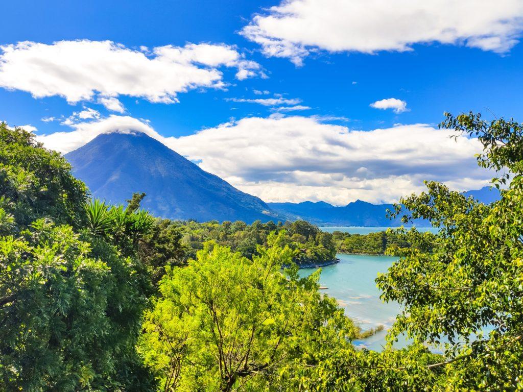 Озеро Атитлан вулкан Сан Педро