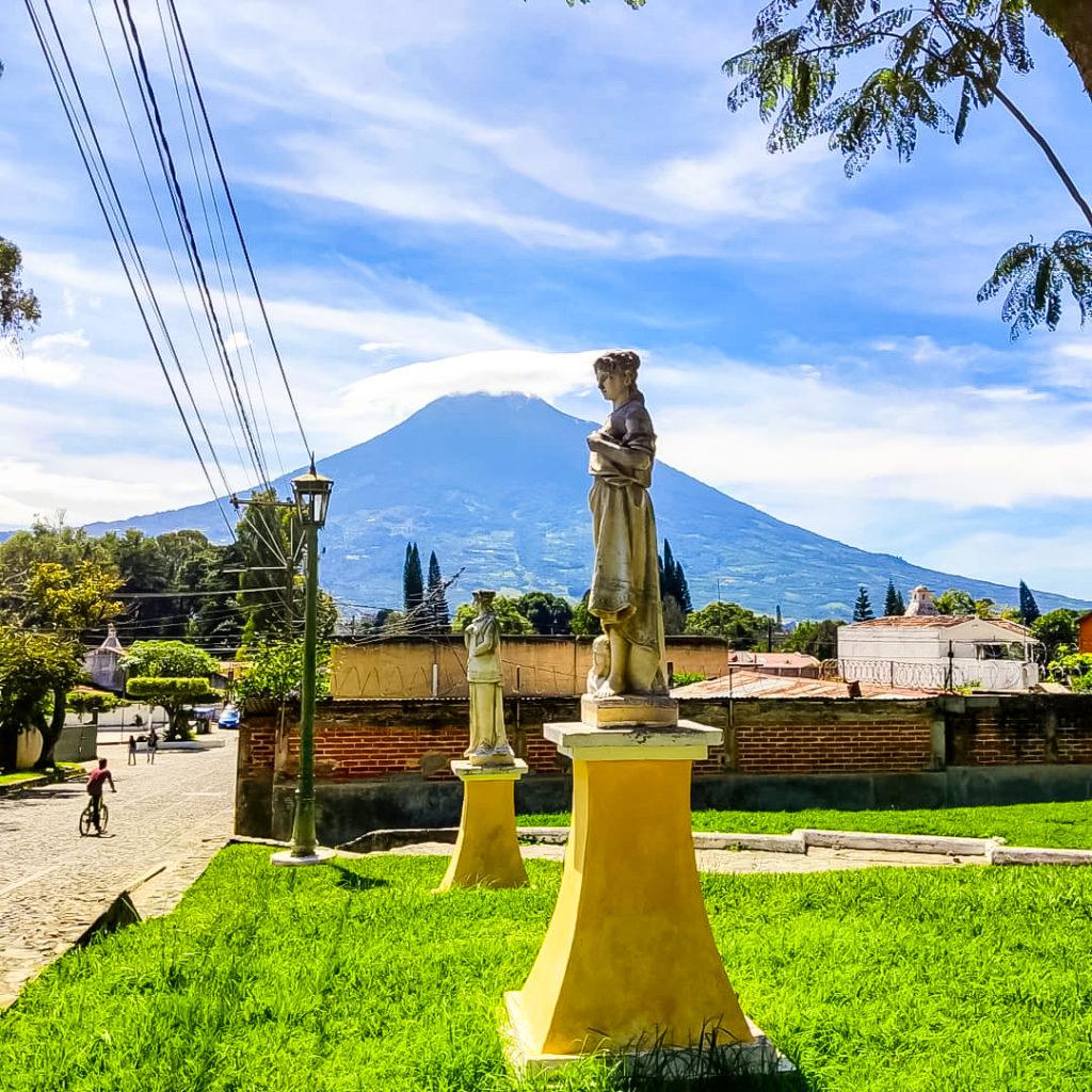 Антигуа Гватемала вид на вулкан