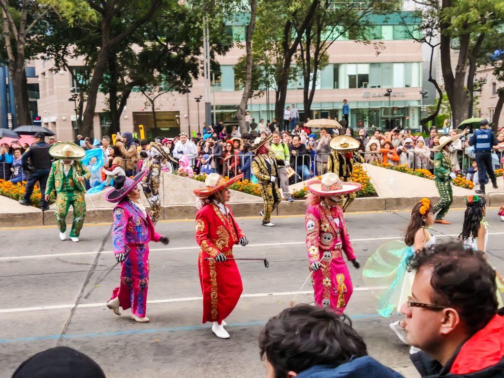 мексиканцы в традиционной одежде на карнавале