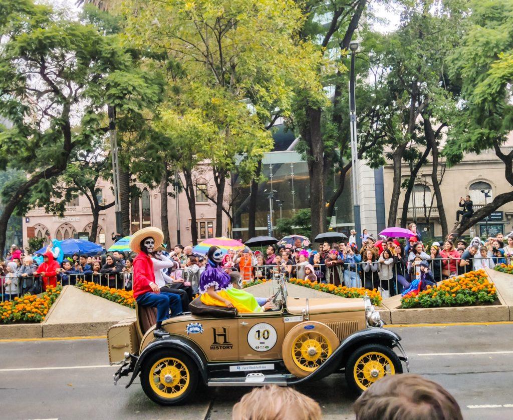 День Мёртвых  ретро-автомобили на параде