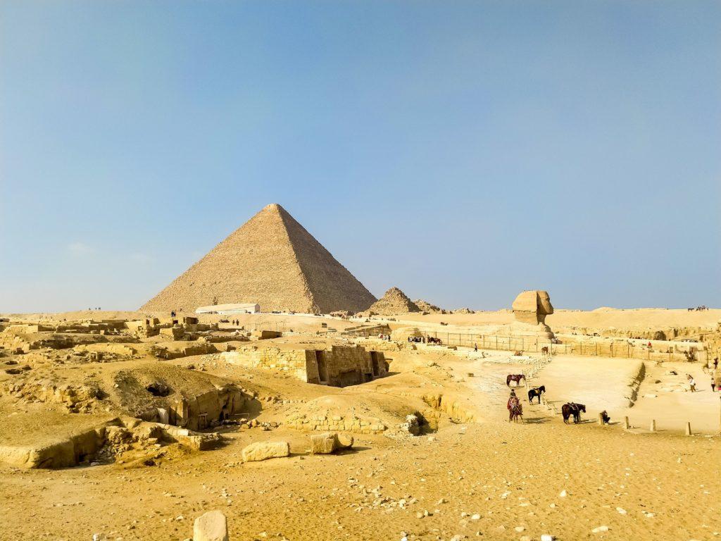 Сфинкс на фоне пирамид