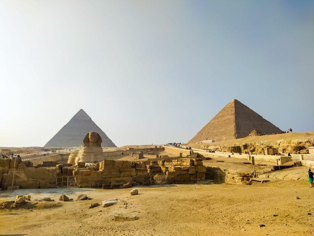 Большой Сфинкс на фоне пирамид