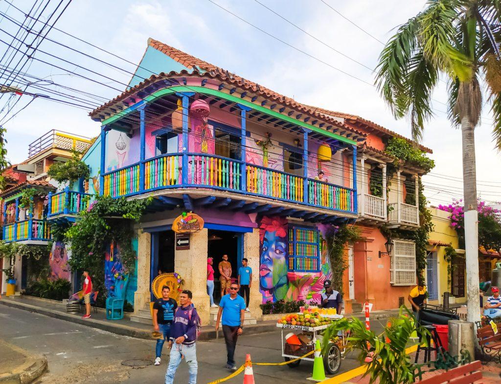 Картахена разноцветные домики в Гефсимане