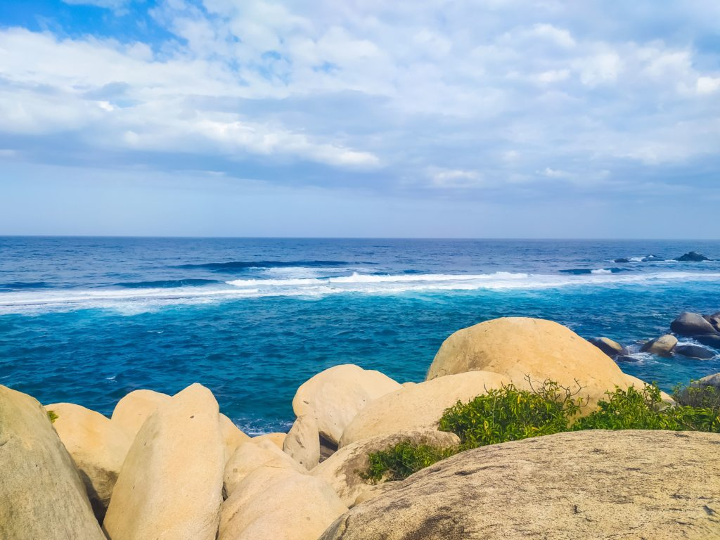 Синяя вода на пляже Тайрона
