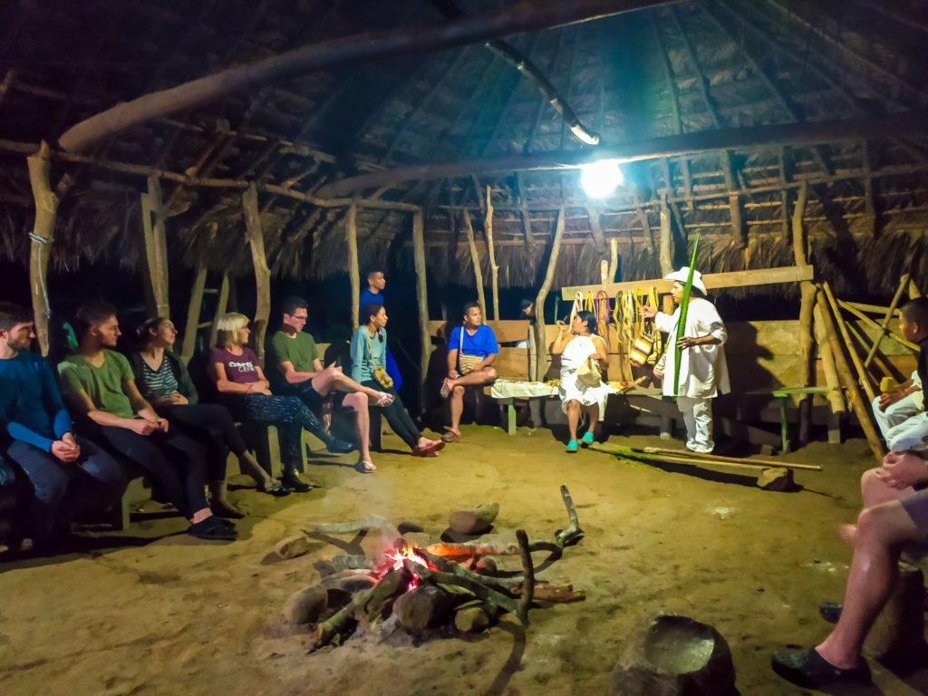 В хижине у индейцев Тайрона