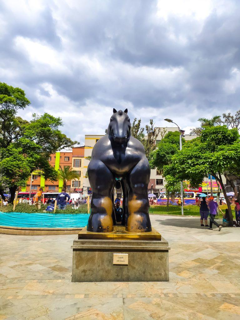 Ботеро скульптура коня