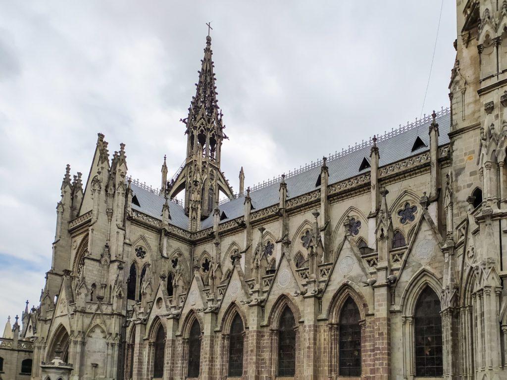 Basílica del Voto Nacional вид сбоку