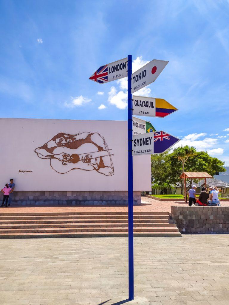 Указатели в парке Mitad del mundo