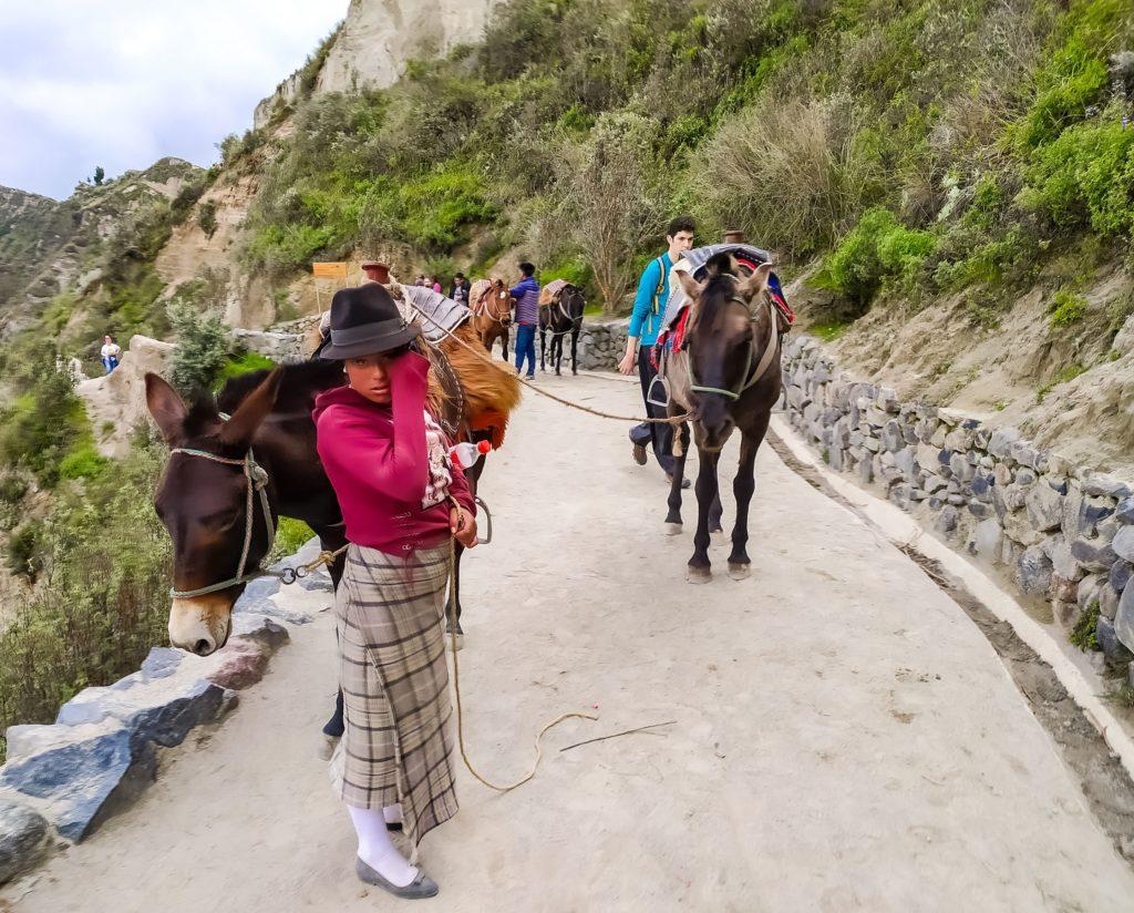 Местная жительница с лошадками
