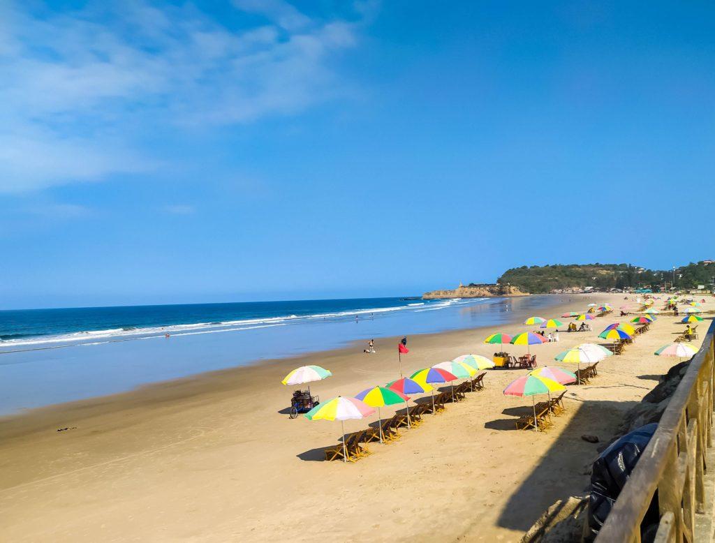 Монтанита центральный пляж с лежаками